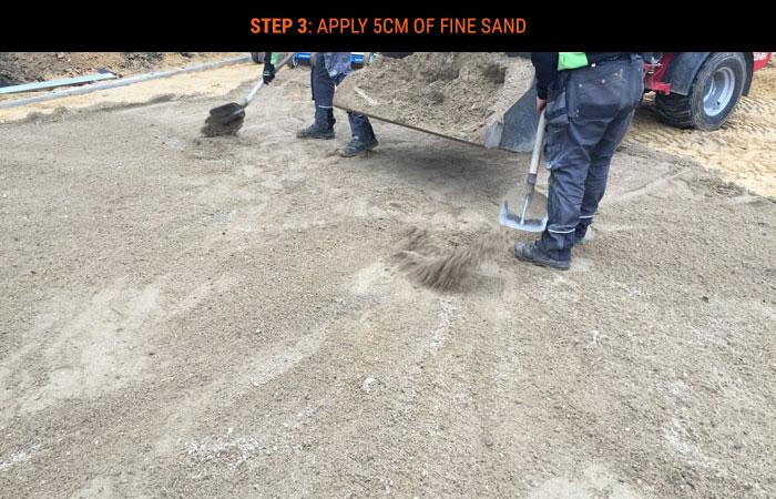 stap-3-ca-5cm-straatzand-aanbrengen